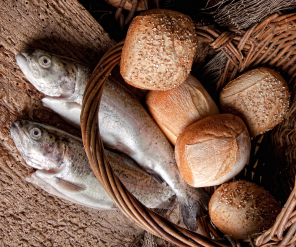 Jesus multiplies loaves and fishes 1