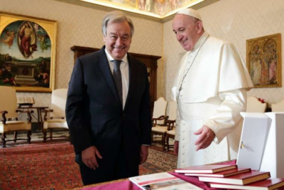 Pope Francis gives peace award to UN chief
